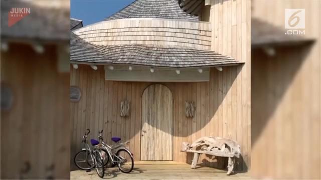 Seorang pemandu wisata memberi kejutan pada tamunya. Ia menunjukkan pemandangan indah di balik pintu sebuah gubuk.