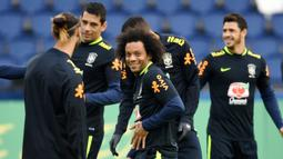 Bek Brasil, Marcelo, tersenyum saat sesi latihan jelang laga persahabatan di Paris, Rabu (8/11/2017). Brasil akan berhadapan dengan Jepang. (AFP/Franck Fife)