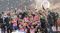 Para pemain Atletico Madrid melakukan selebrasi usai menjuarai Liga Europa 2017-2018 dengan mengalahkan Marseille pada laga final di Stadion Groupama, Lyon, Kamis (17/5/2018). Atletico Madrid menang 3-0 atas Marseille. (AP/Thibault Camus)