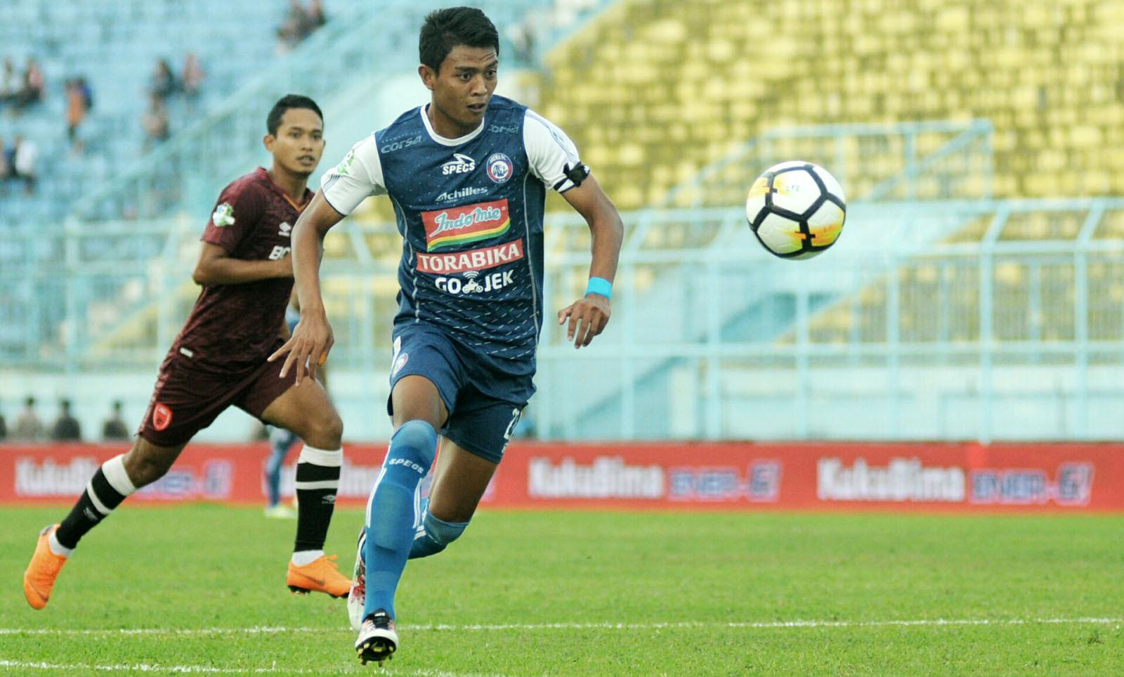 Penyerang Arema, Dedik Setiawan, mengakui kelelahan saat melawan PSM (13/5/2018). (Bola.com/Iwan Setiawan)