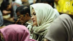 Deisti Astriani Tagor mengikuti sidang lanjutan dugaan korupsi E-KTP dengan terdakwa Setya Novanto di Pengadilan Tipikor, Jakarta, Kamis (11/1). Deisti duduk berdampingan dengan Idrus Marham di bangku pengunjung sidang. (Liputan6.com/Helmi Fithriansyah)