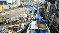 Warga penghuni pasar ikan Penjaringan menyelamatkan barang-barang miliknya ke perahu nelayan untuk sementara, Jakarta (11/4). Pemprov DKI membongkar ratusan rumah di Pasar ikan, Aquarium dan Luar Batang, Penjaringan, Jakarta. (Liputan6.com/Yoppy Renato)