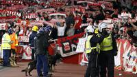 Petugas keamanan mengawasi suporter FC Cologne saat tandang ke kandang Arsenal pada laga Liga Europa di Stadion Emirates, London, Rabu (14/9/2017). Arsenal menang 3-1 atas Cologne. (AP/Kirsty Wigglesworth)