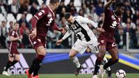 Gelandang Juventus, Federico Bernardeschi, berebut bola dengan bek Torino, Meite Soualiho, pada laga Serie A di Stadion Allianz, Turin, Jumat (3/5). Kedua klub bermain imbang 1-1. (AFP/Marco Bertorello)
