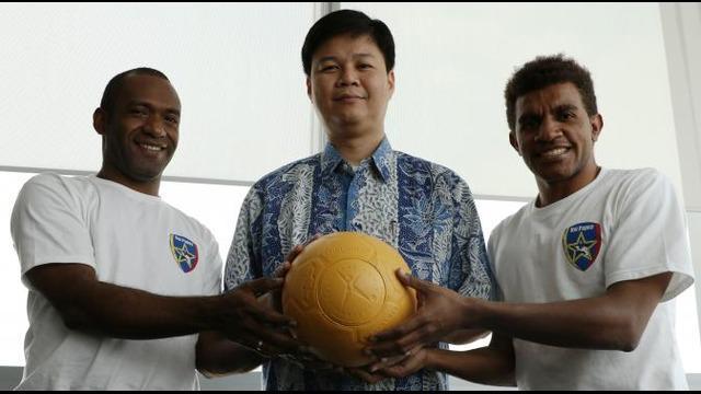 Wawancara Bola.com Dengan Relawan Uni Papua Football Community Demianus Howay dan Alberth Yomo