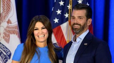 Donald Trump Jr (kanan) bersama kekasihnya, Kimberly Guilfoyle. (Photo credit: AFP Photo/JIM WATSON)