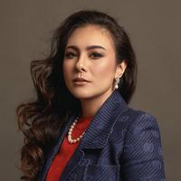 Aktris dan model berdarah Jawa-Inggris ini merupakan publik figur yang memiliki paras cantik dan awet muda. Meski hampir berkepala empat, ia tetap menawan dengan makeup tebal. (Liputan6.com/IG/@wulanguritno)