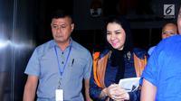 Bupati Kukar, Rita Widyasari (kanan) usai diperiksa di gedung KPK, Jakarta, Selasa (10/10). Rita diperiksa sebagai tersangka dugaan korupsi pemberian izin perkebunan kelapa sawit di Desa Kupang Baru, Kaltim. (Liputan6.com/Helmi Fithriansyah)