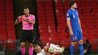 Harry Maguire diganjar kartu merah saat Timnas Inggris bersua Denmark pada laga keempat fase grup UEFA Nations League 2020/2021, di Stadion Wembley, Kamis (15/10/2020) dini hari WIB. (DANIEL LEAL-OLIVAS / POOL / AFP)