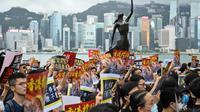 Demonstran berkumpul di Tsim Tsa Tsui Promenade untuk memprotes pengaruh China yang semakin besar terhadap Hong Kong (AFP Photo)