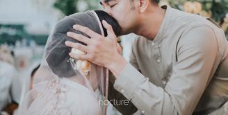 """""""Suasana haru biruuuu...,"""" tulis Syahnaz Shadiqa sebagai keterangan tiga foto acara pengajian yang diunggah di akun Instagram pada 14 April 2018. Dalam foto pertama, Raffi Ahmad terlihat mencium adiknya Syahnaz. (Instagram/syahnazs)"""