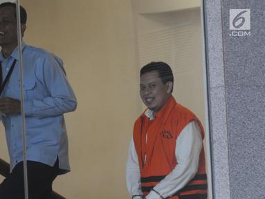 Bupati Cianjur nonaktif Irvan Rivano Muchtar akan menjalani pemeriksaan lanjutan melengkapi berkas kasus dugaan menerima suap anggaran pendidikan dari para kepala sekolah di kawasan Cianjur di Gedung KPK, Jakarta, Senin(11/3). (merdeka.com/Dwi Narwoko)