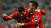 Dua pemain Bayern Munchen Robert Lewandowski (kiri) dan Thiago Alcantara (kanan). (AFP/Odd Andersen)