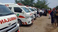 Mobil ambulans disiagakan untuk mengevakuasi korban. (Liputan6.com/Abramena)