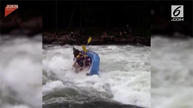 Perahu penuh penumpang terpaksa terbalik setelah tak mampu melewati arus deras saat arung jeram.