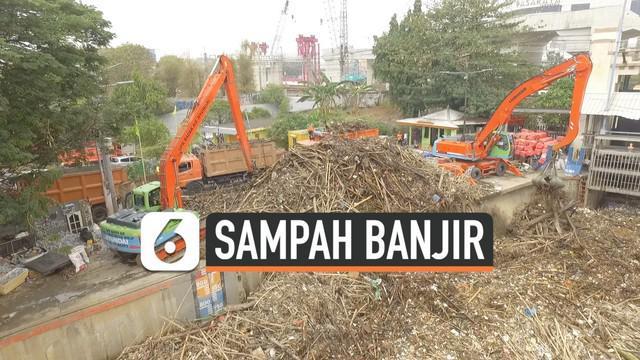 Puluhan ton sampah dibersihkan dari 2 tempat berbeda di Jakarta. Sampah-sampah tersebut berasal dari banjir kiriman . Pemprov Jakarta mengerahkan alat berat untuk membersihkan puluhan ton sampah ini.