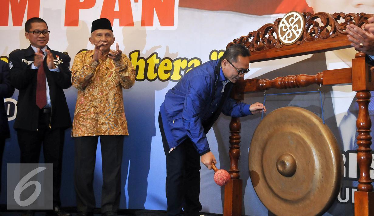 Ketua Umum PAN Zulkifli Hasan memukul gong saat membuka Kongres BM PAN didampingi Ketua Dewan Pertimbangan PAN, Amien Rais (kedua kiri) dan Ketua Umum Barisan Muda PAN Yandri Susanto di Jakarta, Sabtu, (20/8). (Liputan6.com/Johan Tallo)