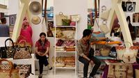 Sejumlah kerajinan tangan berbentuk tas dipamerkan dalam pameran Indonesia Trade Expo (ITE) 2017 di ICE, BSD, Tangerang Selatan, Rabu (11/10). (Liputan6.com/Angga Yuniar)