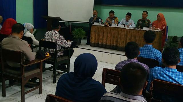 Wali Kota Malang dan Kapolres Malang Kota bertemu guru, orang tua siswa dan guru SMK Muhammadiyah 2 Malang setelah video penamparan ke siswa ramai di sosial media (Liputan6.com/Zainul Arifin)