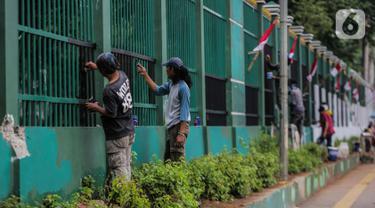 Pekerja melakukan pengecatan pagar di kompleks Parlemen Gedung DPR/MPR, Senayan, Jakarta., Rabu (16/10/2019). Jelang pelantikan presiden dan wakil presiden pada 20 Oktober, berbagai persiapan dilakukan Gedung DPR, salah satunya mempercantik pagar di depan pintu masuk. (Liputan6.com/Faizal Fanani)