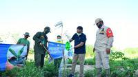 Kepala Urusan PKBL PT Jasa Raharja, Hermanus H. melakukan penanaman pohon bambu di Daerah Aliran Sungai (DAS) Citarum.