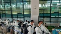 WNA China tiba di Bandara Soekarno-Hatta. (Liputan6.com/Pramita Tristiawati)