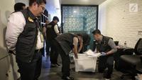 Satgas Antimafia Bola Polri menunjukan barang bukti hasil penggeledahan dari kantor PSSI di Fx  Tower, Jakarta, Rabu (30/1). Dokumen-dokumen tersebut berkaitan dengan persepakbolaan dan anggaran tahun 2017 dan 2018. (Liputan6.com/Faizal Fanani)