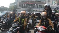 Ratusan pengemudi Uber melakukan konvoi perpisahan Bundaran HI, Jakarta, Sabtu (7/4). Setelah Uber di akuisisi oleh perusahaan Grab kini sebagaian besar driver berpindah ke Gojek. (Merdeka.com/Imam Buhori)