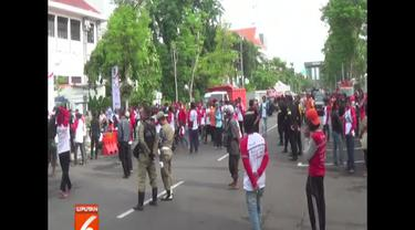 Walikota Surabaya Tri Rismahariani beri penghargaan untuk 12 ribu petugas kebersihan Kota Surabaya.