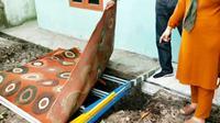 Lokasi wanita hamil terubur septic tank yang merupakan korban pembunuhan di Kabupaten Kampar. (Liputan6.com/M Syukur)