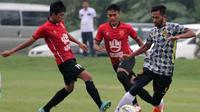 Semen Padang beruji coba jelang Liga 2 2020. (Bola.com/Arya Sikumbang)