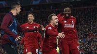 Striker Liverpool Divock Origi berselebrasi dengan Xherdan Shaqiri setelah mencetak gol  ke gawang Barcelona pada laga kedua semifinal Liga Champions di Anfield, Selasa (7/5/2019).  (Paul ELLIS / AFP)