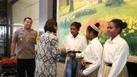 Kapolres Kebumen silaturahmi dengan pelajar asal Papua dan Kepala SMA Negeri 1 Karanganyar. (Foto: Liputan6.com/Polres Kebumen/Muhamad Ridlo)