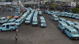 Sejumlah angkutan kota (angkot) antre menunggu penumpang di Terminal Kampung Melayu, Jakarta timur, Jumat (2/8/2019). Rencananya Kepala Dinas Perhubungan akan menyiapkan rancangan pembatasan usia kendaraan di atas 10 tahun untuk angkutan umum. (merdeka.com/Imam Buhori)