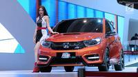 Sales Promotion Girl berpose di sisi mobil konsep keluaran Honda pada Indonesia International Motor Show 2018 di JIExpo, Jakarta, Kamis (19/4). 38 merek kendaraan dipamerkan dan 350 perusahaan ikut dalam IIMS 2018. (Liputan6.com/Helmi Fithriansyah)
