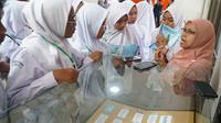 Puluhan siswa dari MAN 2 Sumedang mengunjungi ruang pamer BATAN Bandung. (Liputan6.com/Huyogo Simbolon)