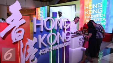 Pengunjung menyaksikan pameran travel Hong Kong di Jakarta, Sabtu (19/9/2015). Pameran tersebut bertujuan untuk mengenalkan negri tersebut dan memperkenalkan kota serta budya Hong Kong. (Liputan6.com/Angga Yuniar)