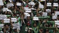 Suporter Persebaya Surabaya saat melawan Arema FC pada laga final Piala Presiden 2019 di Stadion Gelora Bung Tomo, Selasa (9/4). Kedua tim bermain imbang 2-2. (Bola.com/Yoppy Renato)