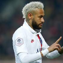 Striker Paris Saint-Germain, Neymar, melakukan selebrasi dengan menunjukan angka 24 usai membobol gawang Lille pada laga Liga 1 Prancis di Stadion Metropole, Minggu (26/1/2020). Neymar persembahkan dua gol nya untuk legenda NBA Kobe Bryant. (AP/Michel Spingler)