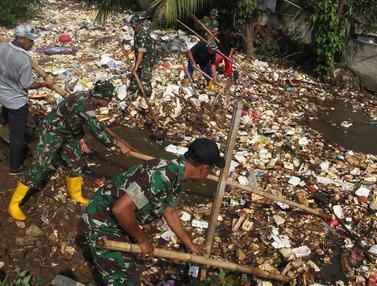 Personel TNI Bersihkan Kali Baru