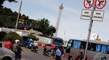 Rambu larangan sepeda motor melintas terpasang di kawasan menuju Jalan MH Thamrin, Jakarta. Foto diambil pada Senin (15/12/2014). (Liputan6.com/Faizal Fanani)