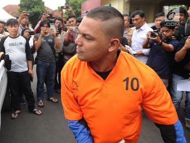 Finalis Indonesian Idol 2008  Dede Richo memperagakan memecahkan kaca mobil dalam waktu 5 detik saat rilis pengungkapan pencurian dengan pemberatan di Mapolsek Serpong, Tangsel (19/09). (merdeka.com / Arie Basuki)