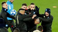 Gelandang Napoli, Marek Hamsik bercanda dengan rekan-rekannya selama latihan di Anfield, Liverpool, Inggris (10/12). Napoli akan bertanding melawan Liverpool pada laga penentuan grup C Liga Champions. (AP Photo/Martin Rickett)