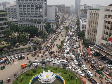 Foto dari udara menunjukkan kemacetan yang terjadi di kawasan komersial Motijheel, Dhaka, Bangladesh, Senin (11/5/2020). Jalan-jalan utama Dhaka kembali ramai sehari setelah toko-toko dan pasar kembali dibuka secara terbatas mengikuti aturan pemerintah. (Xinhua/Stringer)