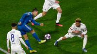 Pemain Juventus Cristiano Ronaldo (kedua kiri) menendang bola saat bertanding melawan Lyon pada leg pertama babak 16 besar Liga Champions di Stadion Parc Olympique Lyonnais, Decines-Charpieu, Perancis, Rabu (26/2/2020). Lyon menang 1-0. (Jean-Philippe KSIAZEK/AFP)
