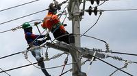 Petugas PLN memperbaiki jaringan listrik di Palu, Sulawesi Tengah, Sabtu (6/10). PT Perusahaan Listrik Negara (PLN) memastikan kondisi listrik di Kota Palu semakin membaik pasca gempa dan tsunami. (Liputan6.com/Fery Pradolo)