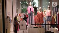 Seorang wanita memilih pakaian di mal central park, Jakarta Barat, Kamis (12/8/2021). Mendag Muhammad Lutfi memberikan klarifikasi soal syarat masuk mal, mendag mengatakan hasil PCR-Antigen hanya digunakan untuk masyarakat yang tidak bisa divaksin karena alasan kesehatan. (Liputan6.comAngga Yuniar)