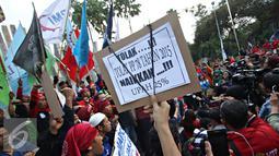 Buruh membawa spanduk saat berorasi di Tugu Proklamasi, Jakarta, Jumat (20/11). Dalam aksinya, para buruh menuntut pencabutan Peraturan Presiden (PP) No.78 Tahun 2015 tentang pengupahan, tolak formula upah minimum. (Liputan6.com/Immanuel Antonius)