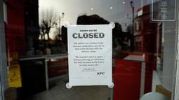 Pengumuman penutupan sementara terpampang di luar gerai makanan cepat saji KFC Surbiton, London, Inggris, Rabu (21/2). Pekan lalu, KFC mengalihkan kontrak pengiriman ayam ke DHL dari sebelumnya oleh Bidvest. (AP Photo/Matt Dunham)