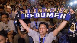 Seorang anggota Inter Club Indonesia regional Kebumen membentangkan syal pada acara puncak Gathering Nasional ke-4 di GWK, Bali, Sabtu (29/8/2015). (Bola.com/Vitalis Yogi Trisna)